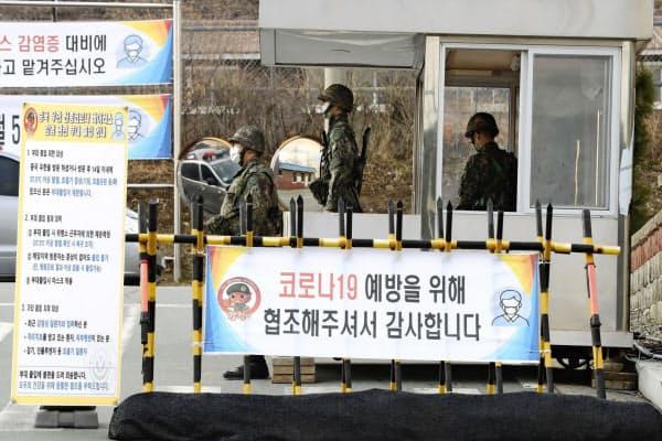 韓国軍も新型コロナウイルスの感染拡大に厳戒態勢をとっている(26日、韓国・大邱)=聯合・AP