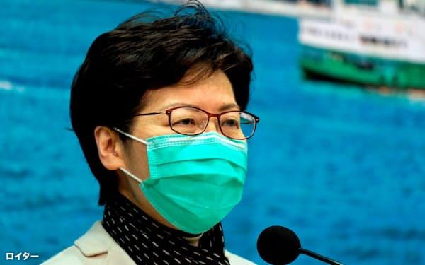マスク姿で会見する香港の林鄭月娥(キャリー・ラム)行政長官=ロイター