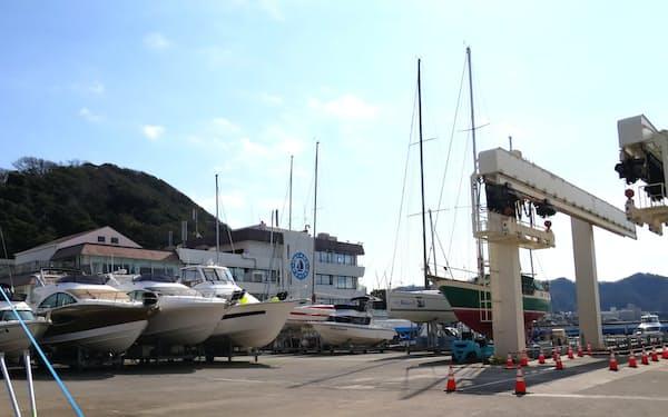 マリーナには大小の船が整然と並ぶ(神奈川県葉山町)