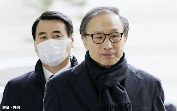保守政権時代の韓国では「芸能界ブラックリスト」が作られた(19日、ソウル高裁の法廷に向かう李明博元大統領=右)=聯合・共同