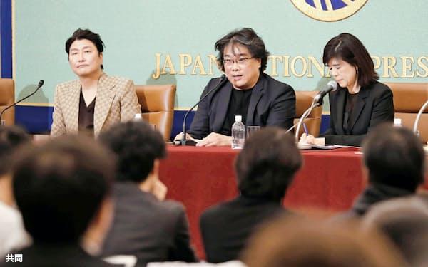 記者会見する韓国映画「パラサイト 半地下の家族」のポン・ジュノ監督=中央(23日、東京・内幸町の日本記者クラブ)=共同