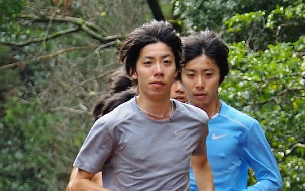 1月に双子の兄、啓太(右)と宮崎合宿で走り込んだ設楽悠太