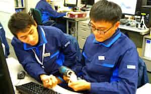 サカタ製作所で就業体験するハノイ工科大のグエンさん(左)とマさん