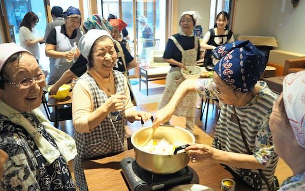 住民らが集まって料理や食事をする「みんな食堂」は人気のイベントだ