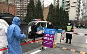 外国人が多く住むエリアでは帰国時に登録を求める看板が立てられた(27日、北京)
