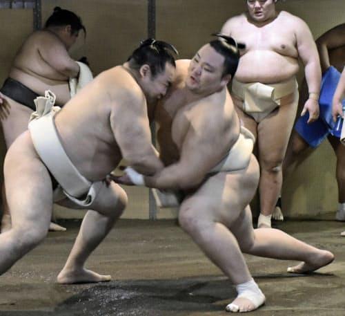 時津風部屋への出稽古で、鶴竜(左)の攻めを受ける朝乃山(27日、大阪市東成区)=共同