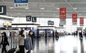 閑散とする中部国際空港の出発ロビー(愛知県常滑市)