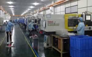 南信精機製作所(長野県飯島町)の中国工場では1日に数回は入念に工場内を清掃している(広東省東莞市)