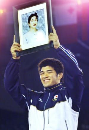 シドニー五輪の柔道男子100キロ級で金メダルを獲得し、母、かず子さんの遺影を掲げる井上康生選手(2000年9月)