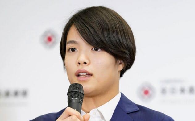 柔道の東京五輪女子52キロ級代表に決まり、記者の質問に答える阿部詩(27日、東京・講道館)=共同