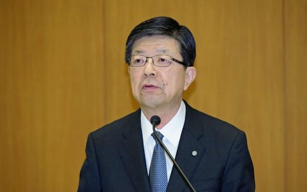 記者会見に臨む東北電力の原田宏哉社長(27日、仙台市)