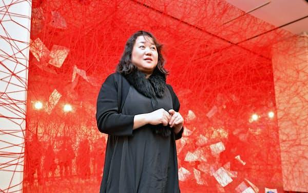 赤い糸が複雑に絡み合う作品は塩田の代名詞(大阪府の岸和田市立文化会館)