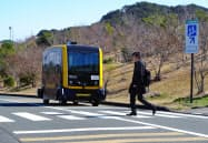 横断歩道を渡る歩行者を30メートル手前で認識し、自動停止する
