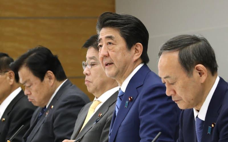 新型コロナウイルス感染症対策本部の会合であいさつする安倍首相(27日、首相官邸)