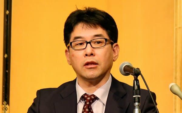 記者会見する日銀の片岡剛士審議委員(27日、大津市)