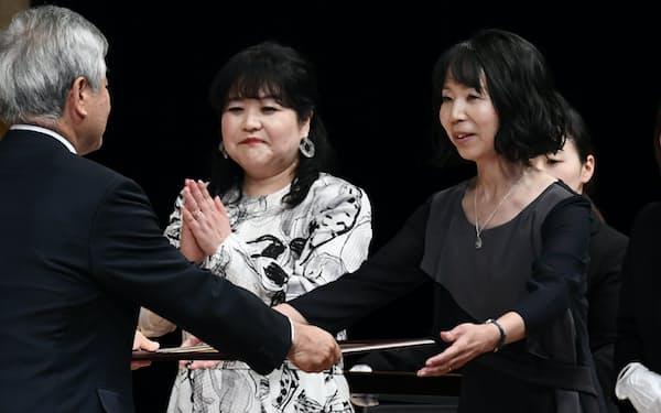 第11回日経小説大賞を受賞した夏山かほる氏(右)と湊ナオ氏(27日、東京・大手町)