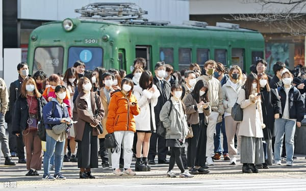 新型コロナウイルスによる肺炎の拡大で、マスク姿の人が目立つ東京・渋谷のスクランブル交差点(2月27日)=共同