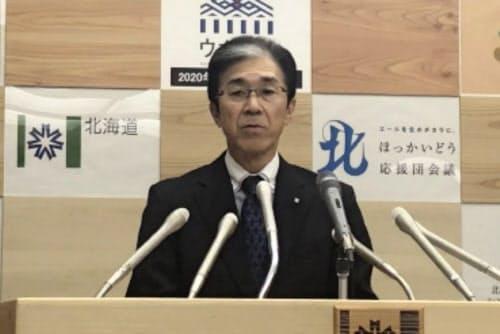 27日夜の記者会見は1時間半近くに及んだ(説明する北海道の橋本彰人保健福祉部長)