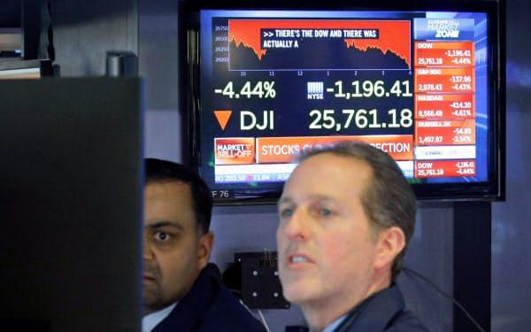 大きく値を下げるなか取引を続けるニューヨーク証券取引所のトレーダー(27日)=ロイター