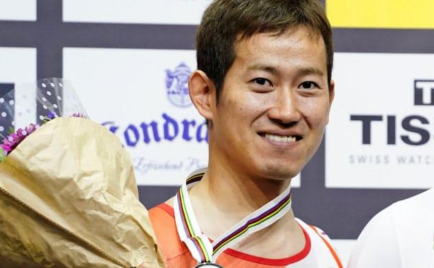 自転車トラック種目世界選手権の男子ケイリンで銀メダルに輝き、表彰式で笑顔の脇本雄太。東京五輪出場枠を獲得した(27日、ベルリン)=共同