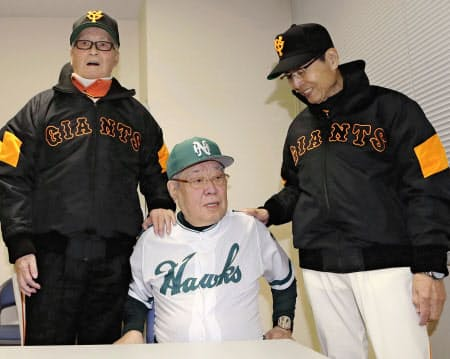 野村克也さん(中央)のぼやき解説は最高のエンターテインメントだった。長嶋茂雄さん(左)、王貞治さんと=共同