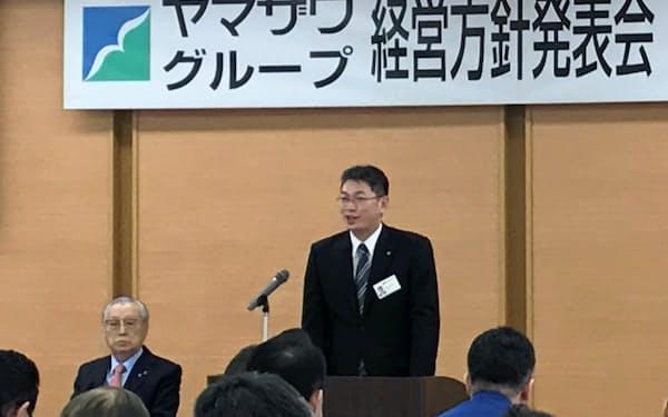 既存店改装を説明するヤマザワの古山利昭社長(左は山沢進名誉会長、山形市)