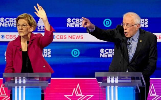 ウォーレン氏(左)もサンダース氏も一握りの富裕層への増税案を掲げている=ロイター