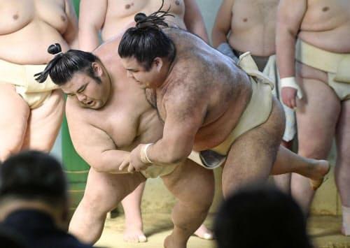稽古する貴景勝(左)と高安(28日、堺市の尾車部屋宿舎)=共同