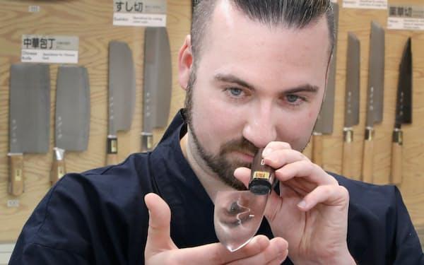 堺伝統産業会館で刃物の案内役を務めるエリック・シュヴァリエさん=松浦弘昌撮影