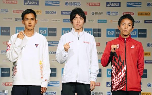 東京マラソンの記者会見で、ポーズをとる(左から)大迫傑、設楽悠太、井上大仁(28日、東京都内)=共同