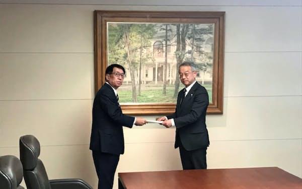 北海道の土屋俊亮副知事(右)と北洋銀行の安田光春頭取(28日、札幌市)