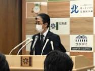 新たに新型コロナウイルス感染を確認した9人の病状を報道陣に説明する北海道の橋本彰人保健福祉部長 (28日夜、北海道庁)