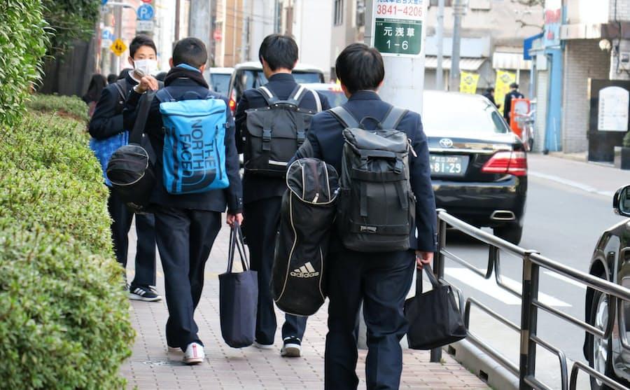 """新型コロナ:課題残し、駆け足の""""年度末"""" 最後の登校日: 日本経済新聞"""