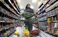 1月の米PCE物価指数は15カ月連続で2%を下回った(米シカゴの小売店)=ロイター