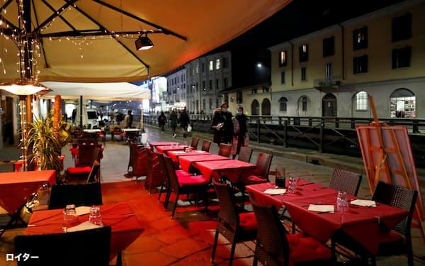 新型コロナウイルスは世界に広まり、欧州ではイタリアなどで感染者数が増加した。写真は空席が目立つミラノのレストラン(2月25日)=ロイター