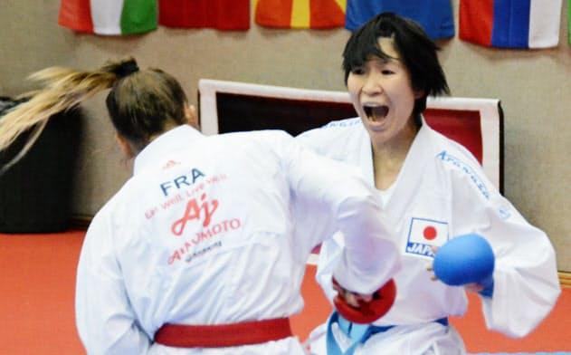 組手女子50キロ級の準決勝でフランス選手に突きを放つ宮原美穂(右)。東京五輪の女子55キロ級の日本代表となることが確定した(28日、ザルツブルク)=共同