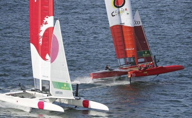 セールGP開幕戦でスペイン(右)と競り合う日本(28日、シドニー)=セールGP提供・共同
