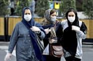 感染拡大を受け、マスク姿の市民が目立ちはじめた(23日、テヘラン)=AP