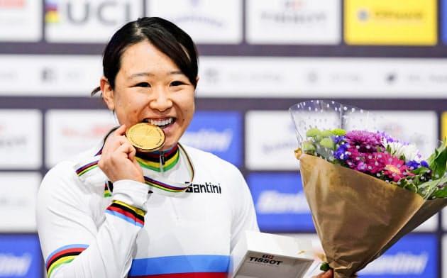 女子オムニアムの金メダルを手に笑顔の梶原悠未。東京五輪代表を確実にした(28日、ベルリン)=共同