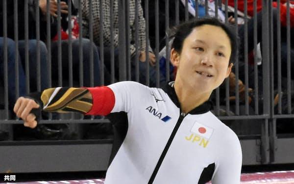女子1000メートルのゴール後、ガッツポーズする高木美帆。スプリント部門で首位に立った(28日、ハーマル)=共同