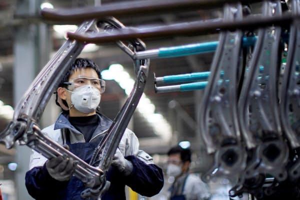 新型コロナで中国の企業活動は停滞した(上海の自動車用シート工場)=ロイター