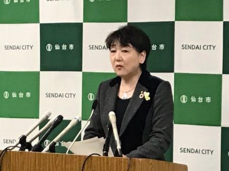 新型コロナの感染者について発表する仙台市の郡和子市長(29日)