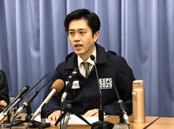 記者会見する吉村洋文知事(29日、大阪府庁)