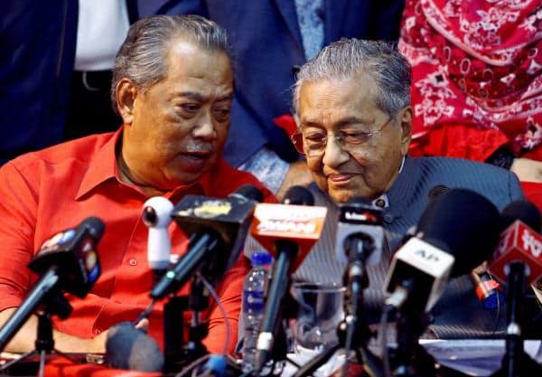 ムヒディン元副首相(左)はマハティール氏(右)の腹心として知られていた=ロイター