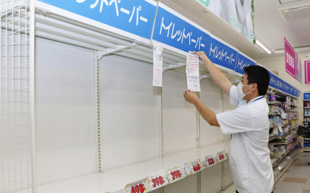 トイレットペーパーが品切れした棚(28日、熊本市東区)=共同