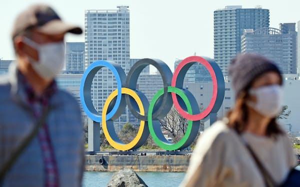 お台場海浜公園の会場に設置された五輪モニュメント(28日、東京都港区)