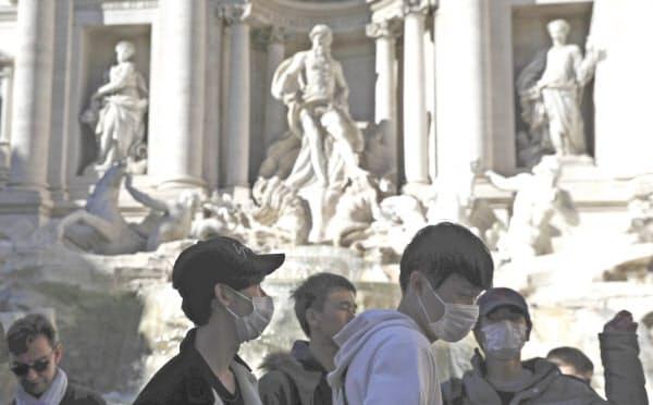 新型コロナウイルスの感染拡大が止まらないイタリア。ローマの「トレビの泉」でもマスク姿の観光客らが目立つ=AP