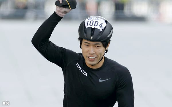 東京マラソンの車いすの部男子で優勝した鈴木朋樹(1日、東京都千代田区)=共同