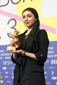 ベルリン国際映画祭で金熊賞を受賞した「そこに悪はない」のモハマド・ラスロフ監督の娘で出演女優のバランさん(2月29日、ベルリン)=共同