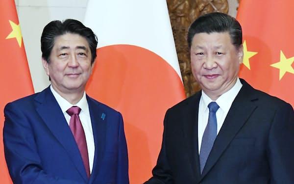 会談を前に握手する安倍首相と中国の習近平国家主席(2018年10月、北京の釣魚台迎賓館)=浦田晃之介撮影